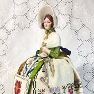 Pincushion doll Elizabeth embroidered by Giulia Punti Antichi and designed by Giulia Punti Antichi.