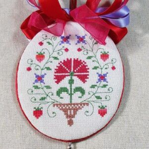colonial style ornament for williamsburg with vase and strawberries embroidered by Giulia Punti Antichi